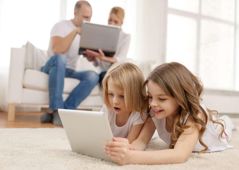 Quand plusieurs personnes se partagent la connexion à Internet, les débits peuvent chuter de manière imprévisible pour les uns et les autres. Google propose un appareil pour visualiser l'utilisation du Wi-Fi domestique et imposer des priorités. © Syda Productions/shutterstock.com
