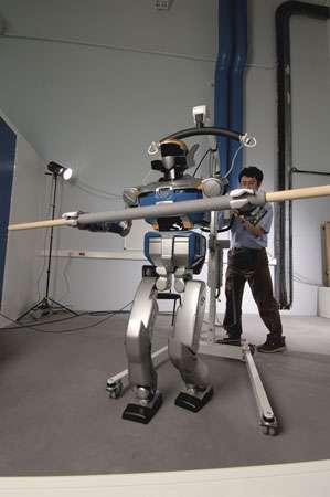 Les premiers résultats de recherche du LAAS à être intégrés permettent au robot de déambuler tout en manipulant un objet encombrant. © CNRS Photothèque / Perrin Emmanuel Reproduction et utilisation interdites