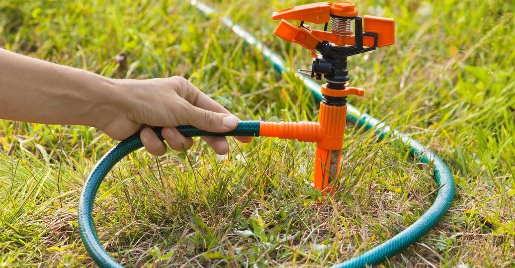 Quels sont les équipements nécessaires pour un arrosage automatique ? Ici, installation d'un sprinkler. © Rodimovpavel, Fotolia