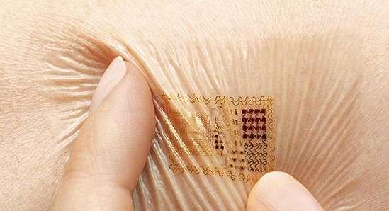 Le timbre biométrique conçu par l'équipe du professeur Rogers à l'université de l'Illinois ne dépasse pas les 0,8 micron dans sa partie la plus épaisse. Appliqué sur la peau, il est protégé par une couche de pansement en spray, et peut tenir pendant deux semaines en résistant à l'eau, ainsi qu'aux étirements et aux compressions liés à une activité physique. © Rogers Research Group, MC10