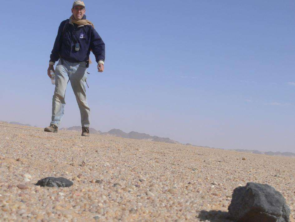 Le 28 février 2009, Peter Jenniskens trouve sa première météorite provenant de 2008 TC3 après un voyage de 29 kilomètres. © Nasa, Seti, P. Jenniskens.