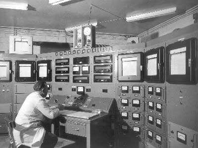Le pupitre de contrôle de la pile nucléaire Zoé. © Archives CEA