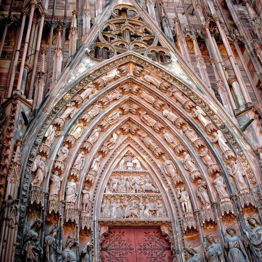 Le tympan gothique d'un portail de la cathédrale de Strasbourg. © Mon Œil, Flickr