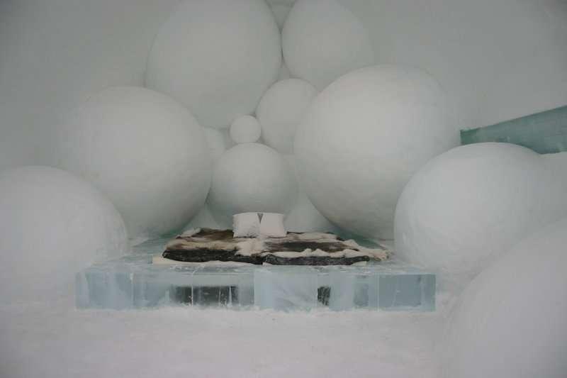 Chambre de glace aux murs de bulles, en Suède