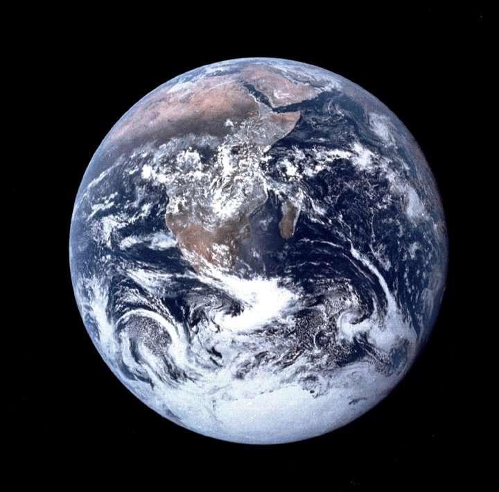 Vue de l'espace, la Terre mérite mal son nom... © Nasa