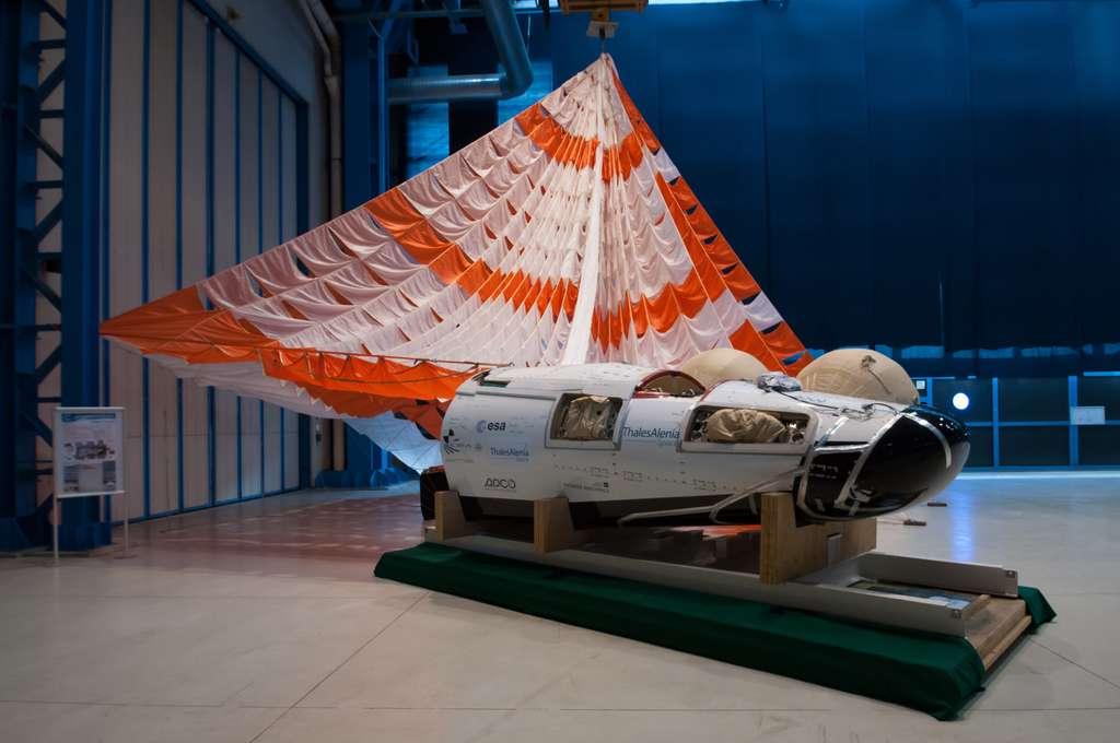 Modèle de test de l'IXV utilisé pour tester l'amerrissage de l'engin. Il est ici présenté dans l'usine turinoise de Thales Alenia Space. © Rémy Decourt
