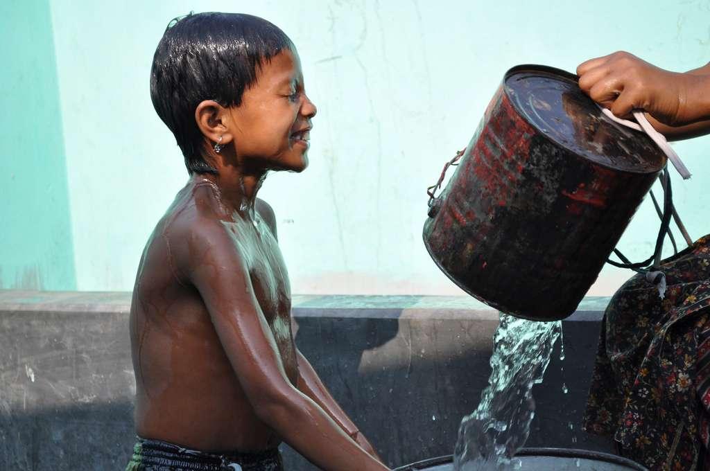 Le Bangladesh est un pays pauvre. Les conditions de vie sont parfois insalubres, et le choléra en profite pour se répandre. Il se transmet par voie fécale ou orale, en amenant les mains sales à la bouche, et surtout en buvant de l'eau contaminée. © Waterdotorg, Flickr, cc by nc sa 2.0