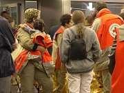 Roissy, arrivée du premier avion. Les rapatriés sont pris en charge par les bénévoles de la Croix-Rouge © Croix rouge