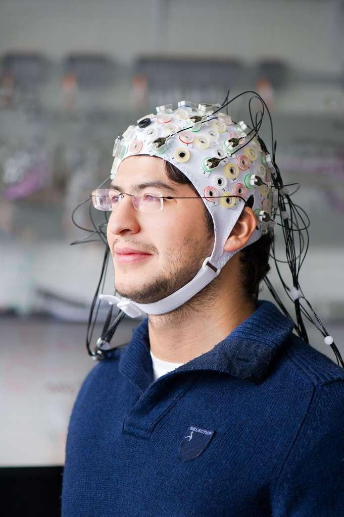 Un bonnet à électrodes utilisé pour le projet Brain Flight de l'université technique de Munich (TUM). Les nombreuses électrodes permettent d'annalyser assez bien les signaux cérébraux. © A. Heddergott/TU München