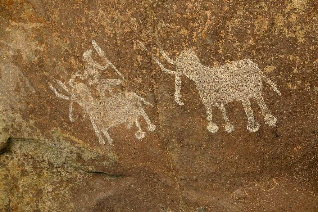 Peinture rupestre d'époque historique à Bhimbetka, dans le district de Raisen, État du Madhya Pradesh, en Inde. © Yann, cc by sa 3.0