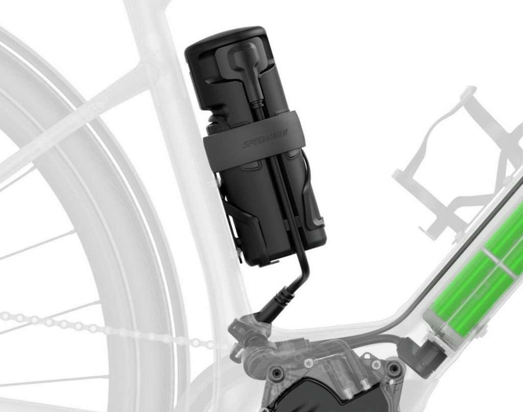 Le Specialized Turbo Como peut recevoir une batterie additionnelle Range Extender qui ajoute 50 km d'autonomie. Elle s'installe sur le porte bidon. © Specialized