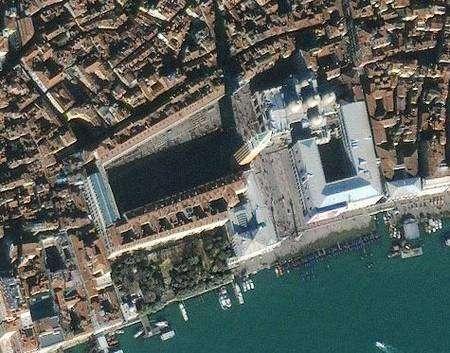 Cette vue de la place Saint-Marc à Venise sous une précision métrique préfigure les capacités des futurs satellites e-Corce du Cnes. Crédit Ikonos