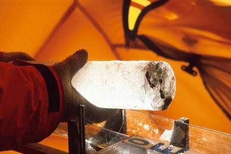 Equateur : Couche de cendre volcanique visible dans une carotte de glace © Patrick Wagon - IRD