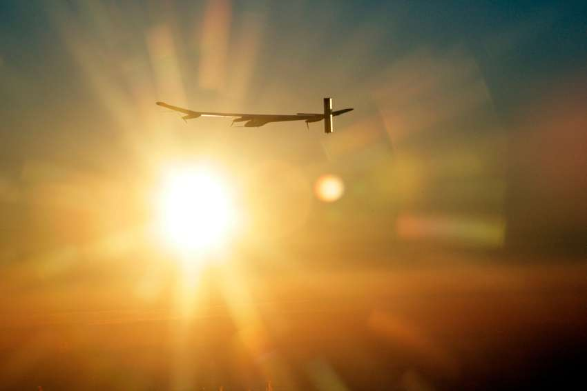 Le projet Solar Impulse permet de mettre en avant les énergies renouvelables. L'avion solaire réalise ici son premier vol de nuit. © Solar Impulse, Stéphane Gros