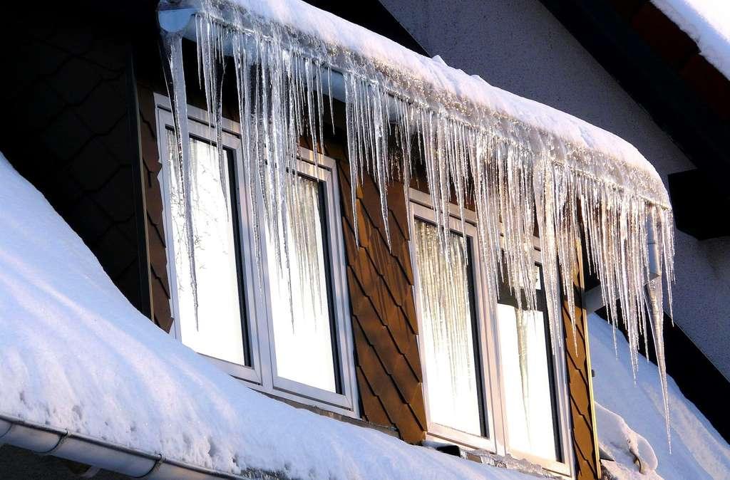 L'hiver, il peut se former des stalactites de glace le long des gouttières par exemple. © june66, Pixabay, CC0 Creative Commons