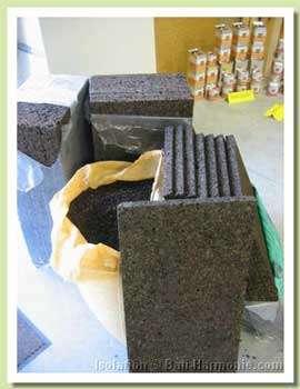 Assortiment de plaques isothermiques et granulés en sac de 250 litres. © bati-harmonie.com