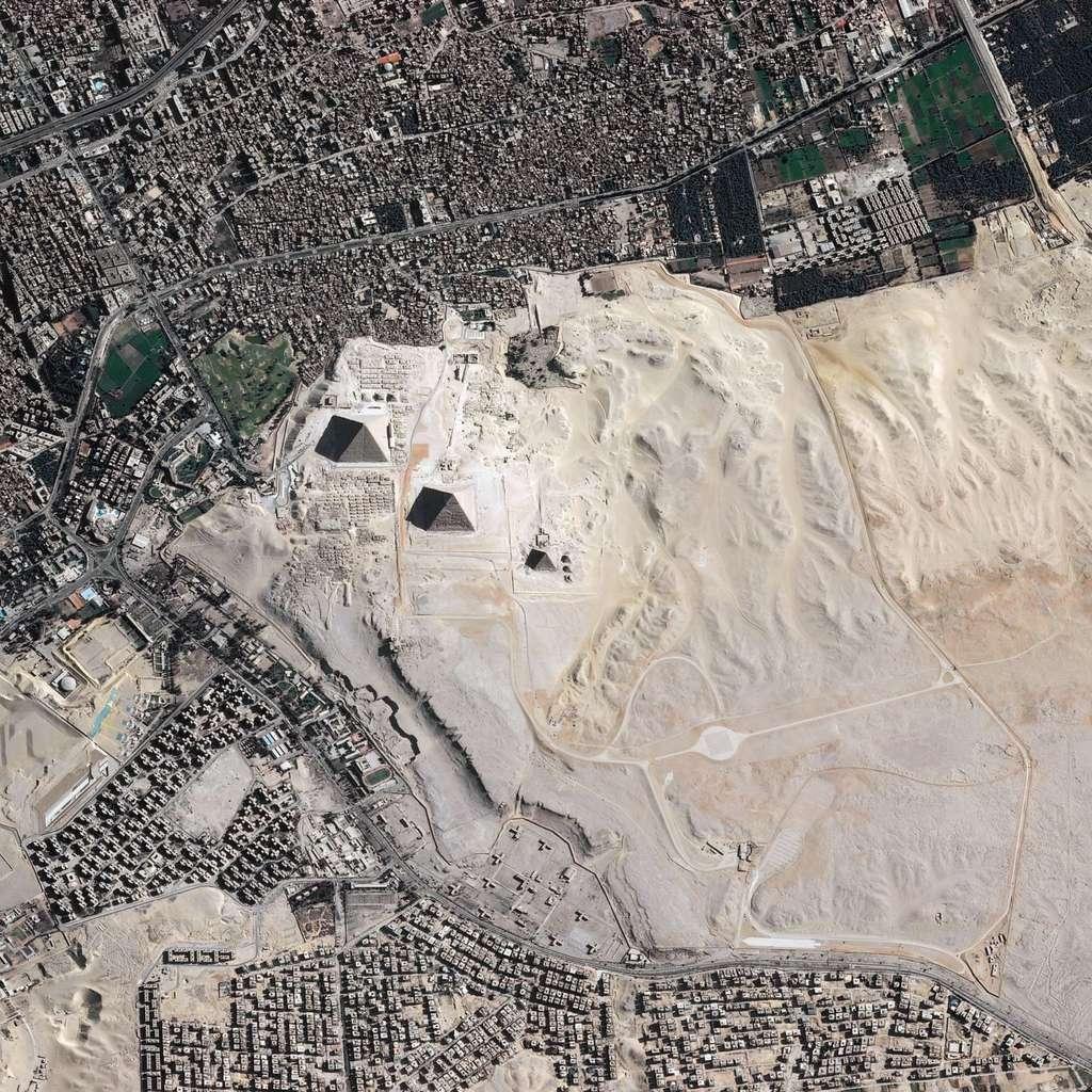 Les pyramides d'Égypte observées par le satellite Pléiades, successeur de Spot