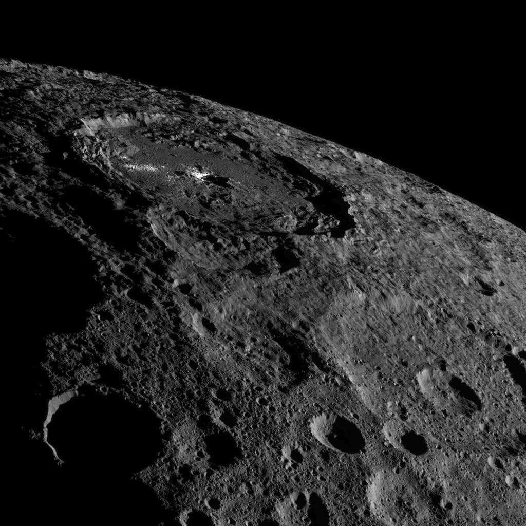 Image inédite du cratère Occator (92 km de diamètre et 4 km de profondeur), connu pour les taches blanches qui le maculent. © Nasa, JPL-Caltech, UCLA, MPS, DLR, IDA