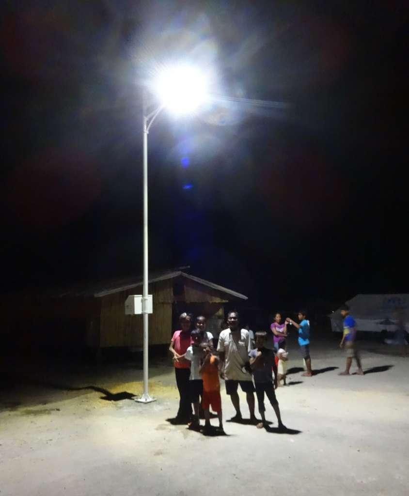 Philippines, région de Guiuan, février 2014. L'ONG Électriciens sans frontières (ESF) installe des éclairages autonomes dans les constructions accueillant les personnes déplacées après le passage du typhon Haiyan. © Électriciens sans frontières