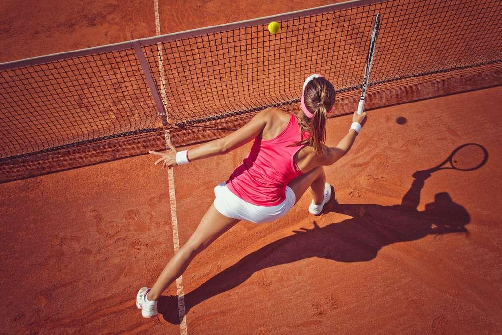 Peu vêtues et participant à de nombreuses épreuves lors des tournois, les joueuses de tennis sont exposées à une grande quantité de rayons UV. © BalanceFormCreative, Adobe Stock