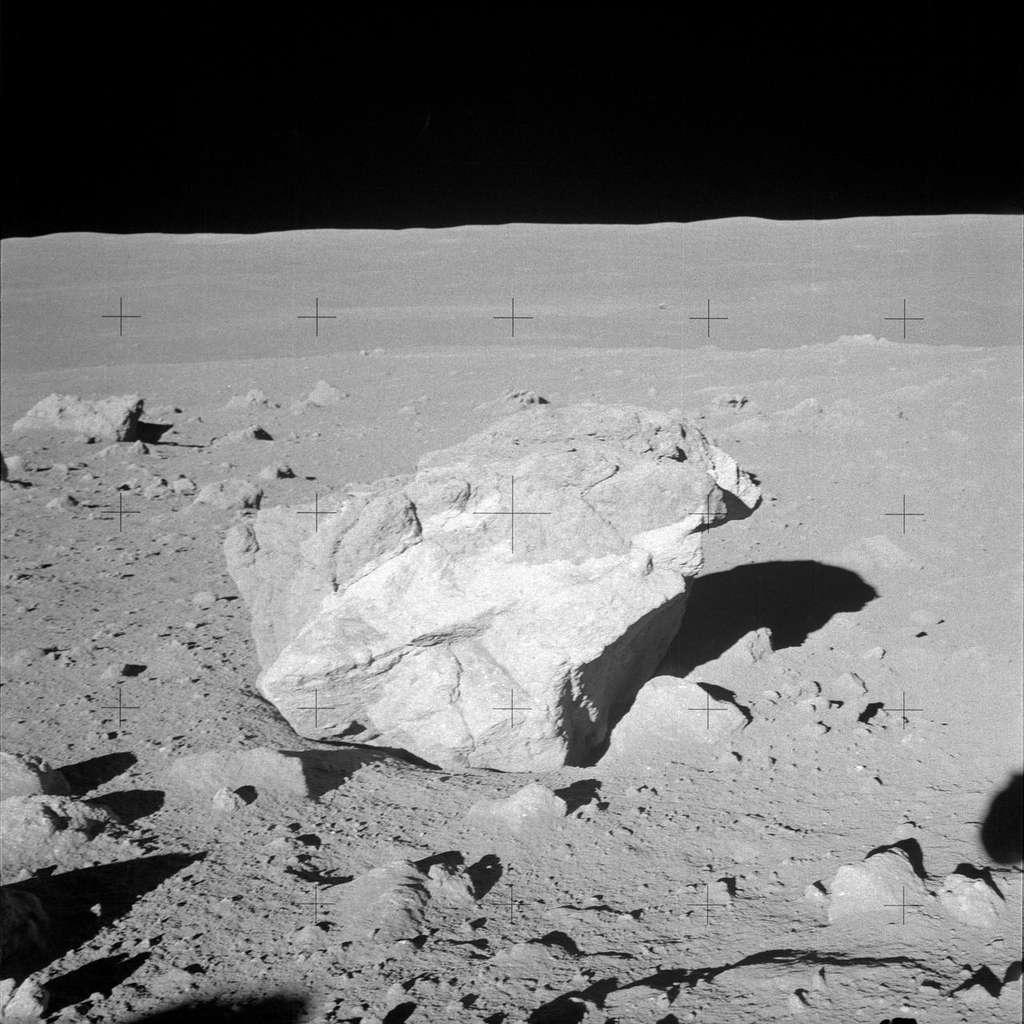 Un bloc de roche observé par les astronautes d'Apollo 14 en 1971. © Nasa