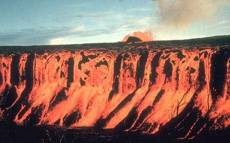 Cliquer pour agrandir. Le 30 décembre 1969 à Hawaï, l'éruption du Mauna ulu sur le Kilauea a été à l'origine d'une fantastique cascade de lave. Les trapps de Sibérie, lors de leur mise en place, devaient générer des cascades et des flots de lave à des échelles bien plus grandes. © D.A. Swanson