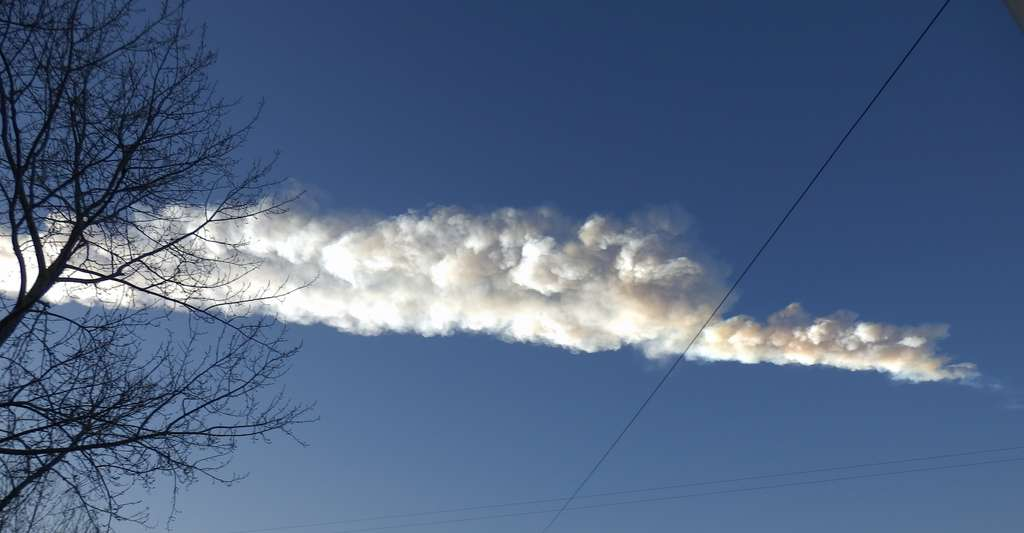 Ici, la trace de la météorite qui a explosé au-dessus de la ville de Tcheliabinsk (Russie) en 2013. Celle dont parlent les chercheurs de l'université du Kent (Royaume-Uni) était beaucoup plus importante. © Uragan. TT, Wikipedia, CC by-SA 3.0