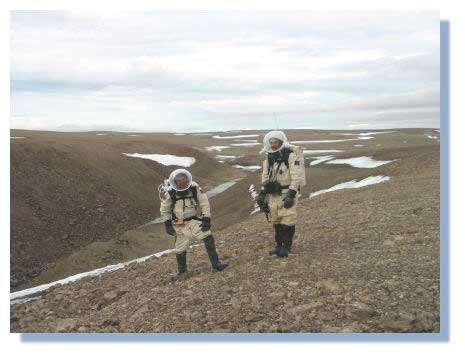 """Charles Frankel (à gauche) et Robert Zubrin (à droite) explorent un canyon """"martien"""" sur le flanc du cratère d'impact de Haughton (Ile de Devon, Arctique Canadien) © C. Frankel"""