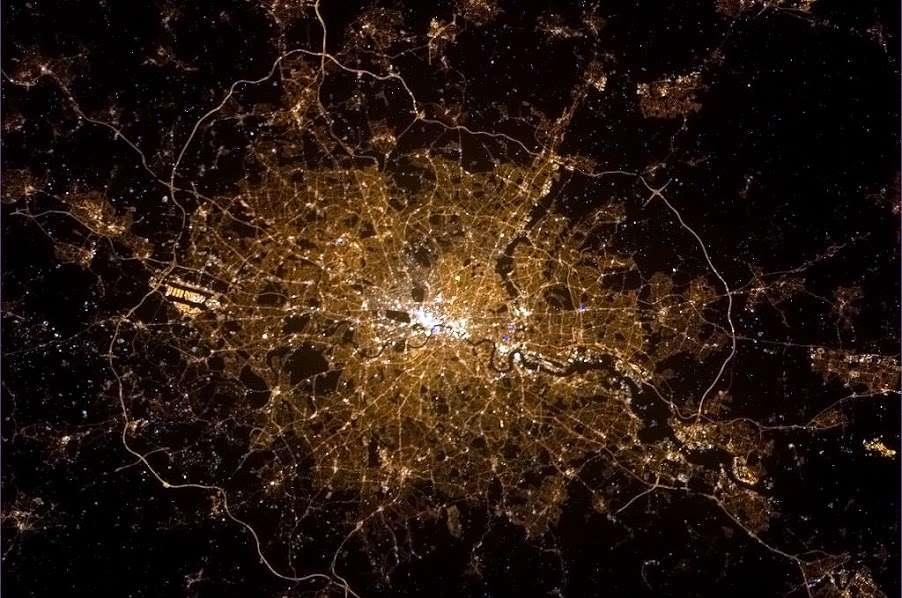Londres by night. Remarquez le tracé sombre de la Tamise. Le ruban lumineux qui entoure la capitale britannique est le périphérique, appelé London Orbital, long de 188 km. © Chris Hadfield, Nasa
