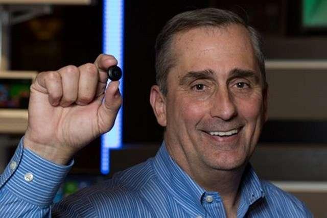Brian Krzanich, le grand patron d'Intel, tient entre ses doigts un module Curie dont la sortie est prévue au second semestre 2015. Ce micro-ordinateur basse consommation qui peut fonctionner avec une pile bouton devrait équiper des objets connectés tels que des montres, des bracelets, des lunettes ou des vêtements. © Intel