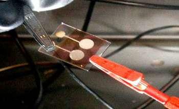 Prototype de cellule solaire organique à base de petites molécules. Se passer de catalyseurs métalliques réduirait les coûts et augmenterait le développement industriel de ces cellules. © Institut Moltech-Anjou