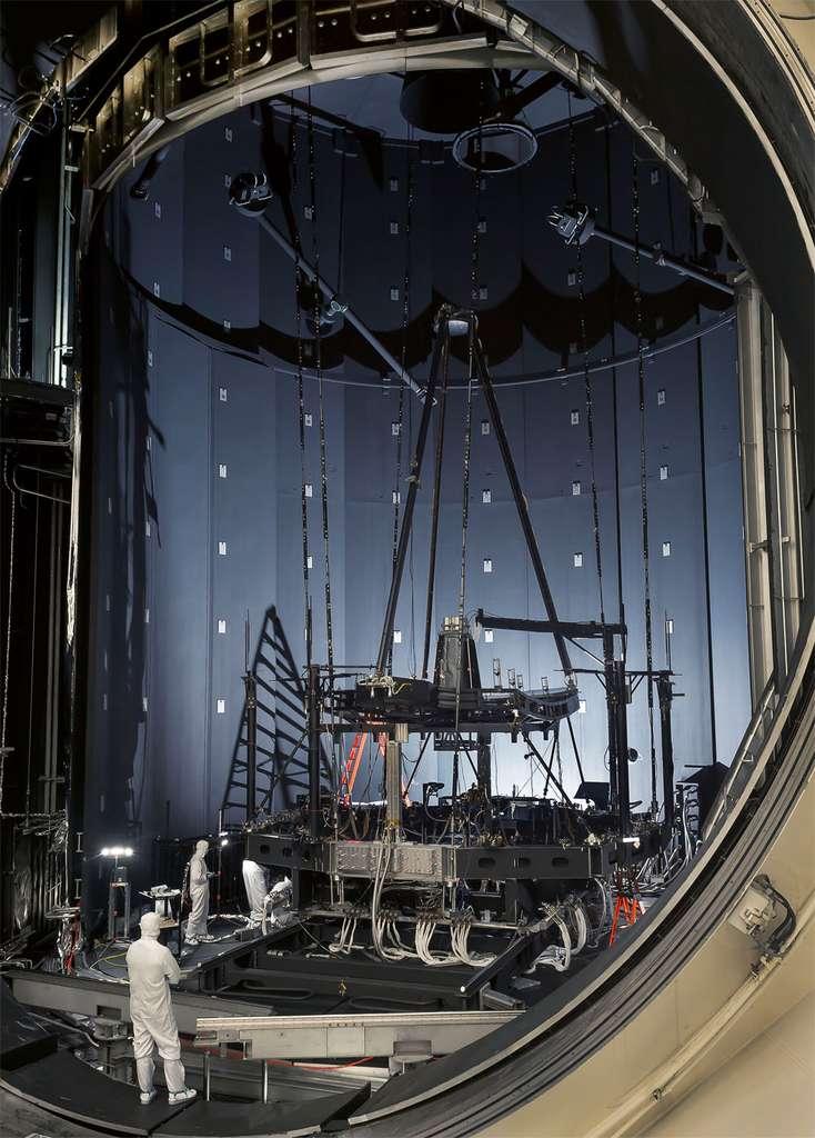 En parallèle à la construction de l'observatoire, se poursuit une série d'essais sur des modèles de test (construits à l'identique sans les servitudes et les instruments évidemment) de façon à s'assurer que le modèle de vol fonctionnera en orbite selon les spécifications de la Nasa. À l'image, essais du JWST sur sa capacité à fonctionner et à observer dans l'infrarouge. © Nasa, Chris Gunn