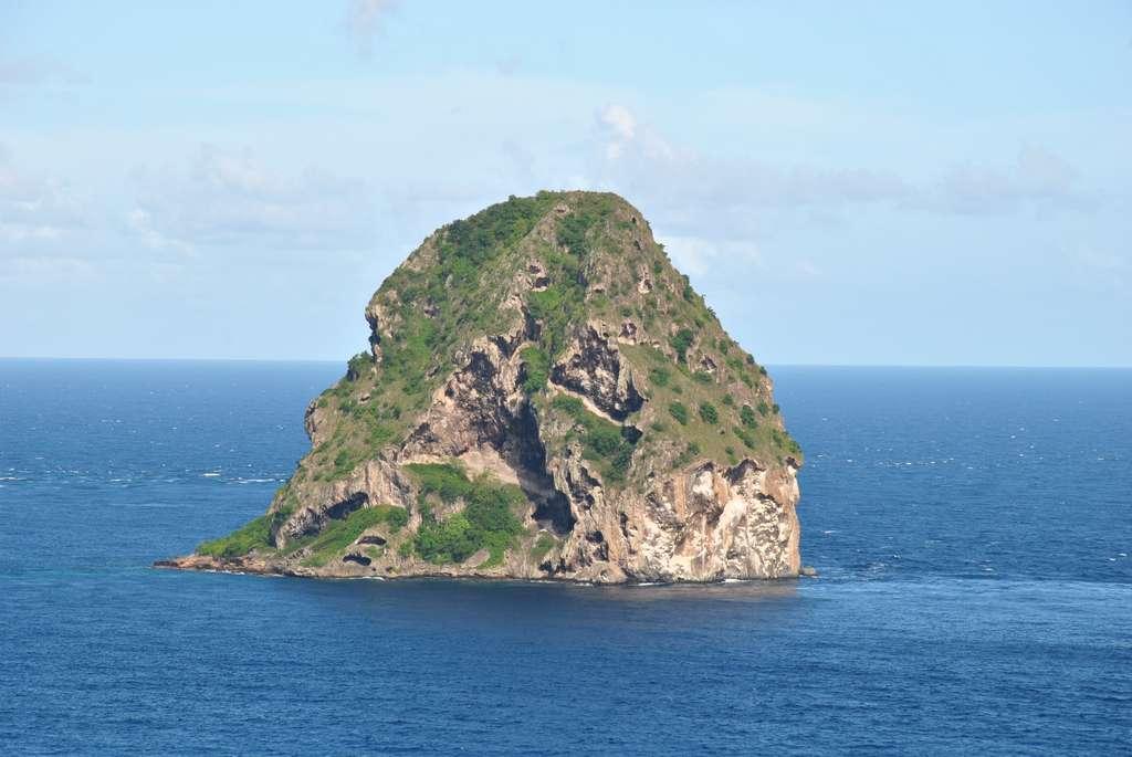 Le rocher du Diamant : un des meilleurs spots de plongée de Martinique. © Laet77380, Wikimedia Commons, CC by-sa 4.0