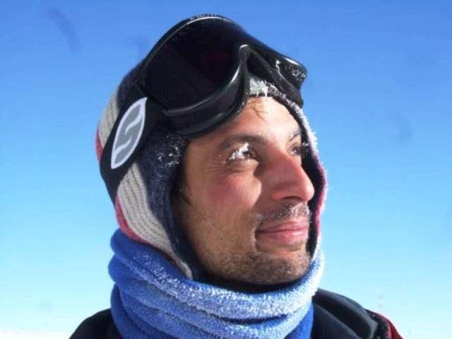 Denis Barkats alors qu'il était en mission au pôle Sud, à la recherche des ondes gravitationnelles dans le rayonnement fossile. La lecture du roman de Barjavel La nuit des temps a influencé le cosmologiste, qui y voit l'une des sources de son intérêt pour l'Antarctique et la recherche scientifique. © Denis Barkats