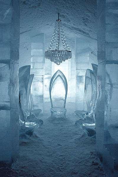 Salle d'attente gelée et sièges de glace
