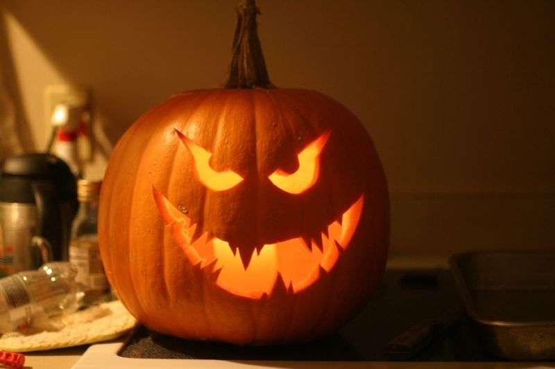 Des citrouilles d'Halloween aux ombres grimaçantes
