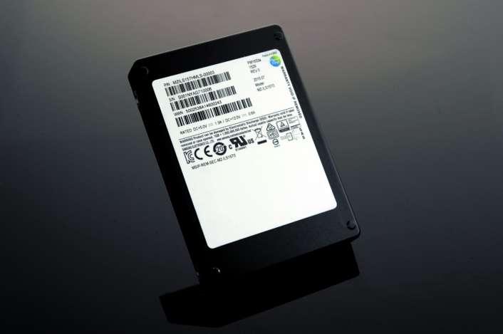 Le tout dernier SSD de Samsung intègre 512 puces mémoire V-NAND de 256 Go chacune. Il y a en tout 32 packs de mémoire qui permettent d'atteindre très exactement 15,36 To. © Samsung