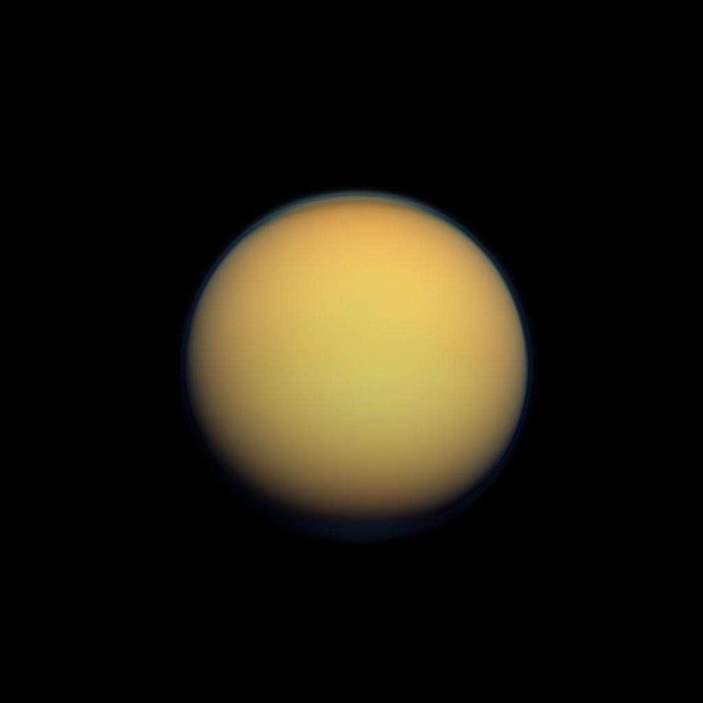 Portrait de Titan — deuxième plus grande lune du Système solaire — par Cassini, qui l'a survolé 102 fois en dix ans. Épaisse d'environ 600 km, son atmosphère se compose de 95 % de diazote et 5 % de méthane. Son interaction avec le rayonnement solaire et le champ magnétique de Saturne favorise la formation de molécules organiques. Titan évoque aux chercheurs les conditions qui pouvaient régner sur la Terre primitive. © Nasa, JPL-Caltech, Space Science Institute