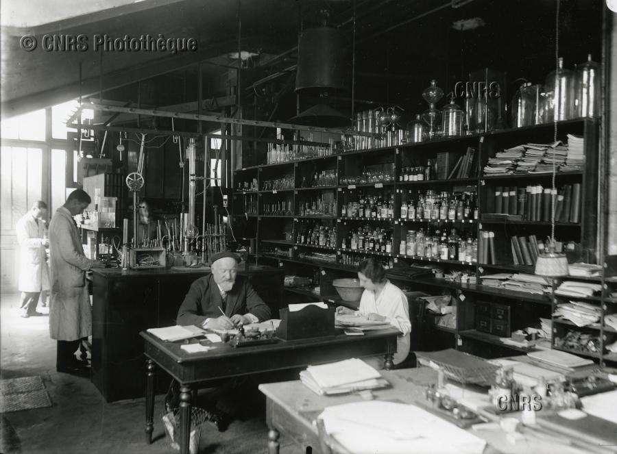 Laboratoire de chimie et du caoutchouc, à l'Office national des recherches scientifiques et industrielles et des inventions à Bellevue, Meudon, le 12 mai 1932. © Fonds historique, CNRS Photothèque