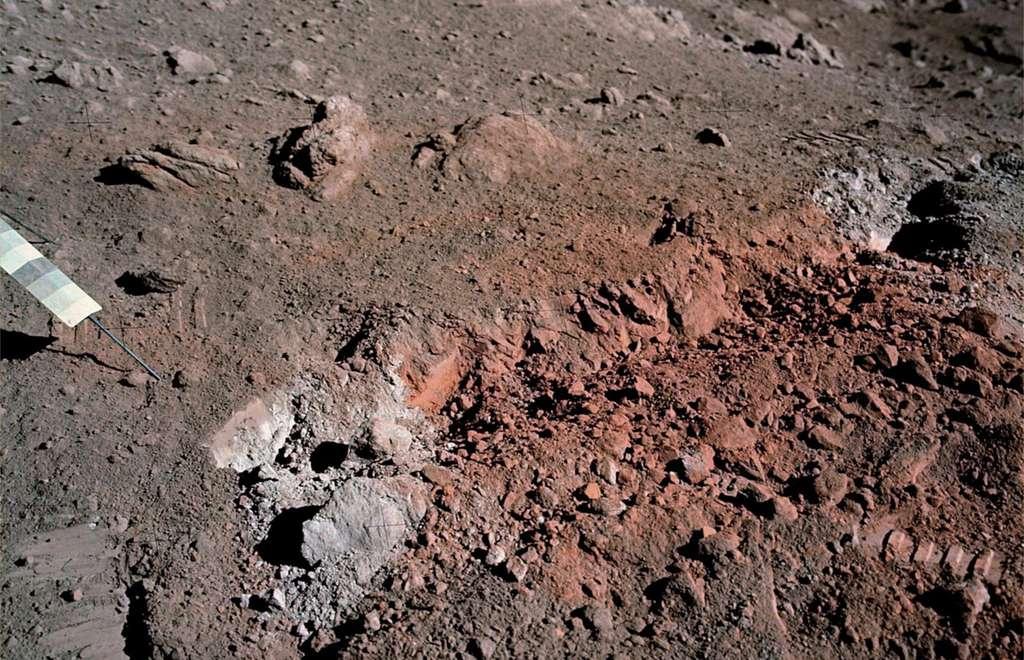 La Lune contiendrait bien plus d'eau que prévu. Ici, le « sol orange » découvert par le géologue Harrison Schmitt lors de la mission Apollo 17, non loin du site d'alunissage de Taurus-Littrow. L'objet à gauche est un gnomon associé à une charte photométrique qui sert de référence pour interpréter les couleurs de l'image. © Nasa, Marco Faccin/Lunar Explorer Italia/IPF