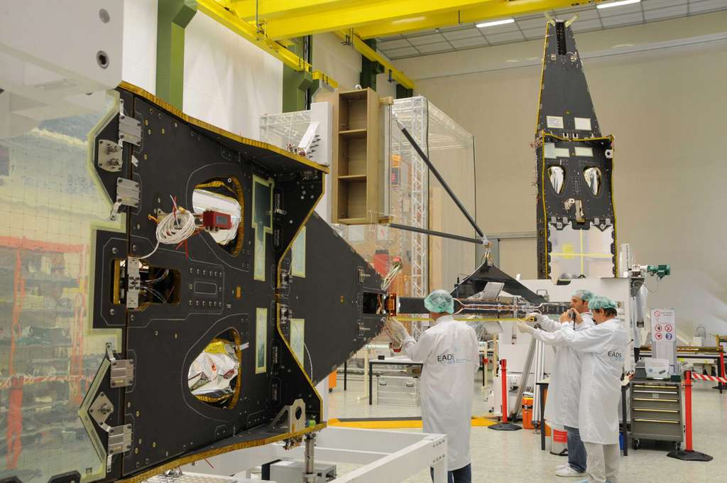 Les satellites Swarm dans l'usine allemande d'Astrium, à Friedrichshafen. © Astrium 2010