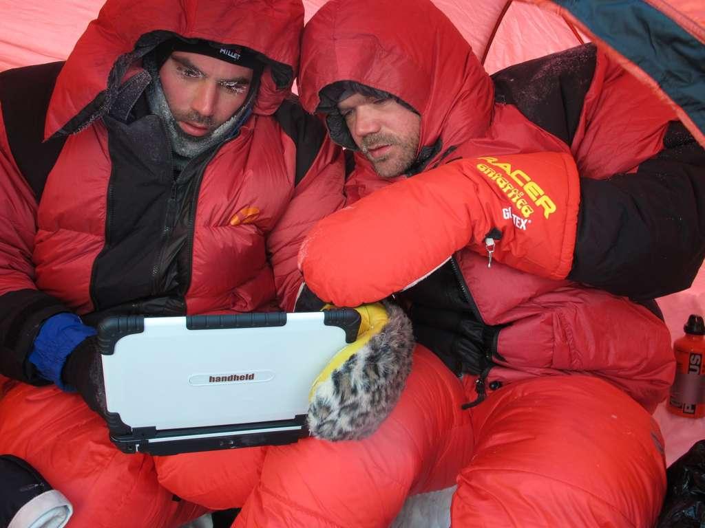 Au travail sous la tente. Mais comment font-ils pour taper sur le clavier les messages électroniques qu'ils envoient sur Twitter, sur Facebook et à Futura-Sciences ? © Pôle Nord 2012