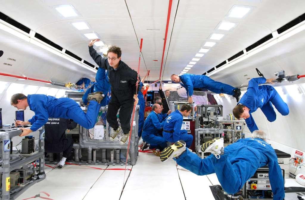 À l'intérieur de l'Airbus A300 Zéro-G pendant la phase de micropesanteur. Ces hommes volants sont en train de travailler. Ils ont 22 secondes devant eux. © Novespace