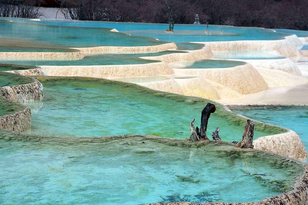 Les piscines calcaires dans la région chinoise du Huanglong