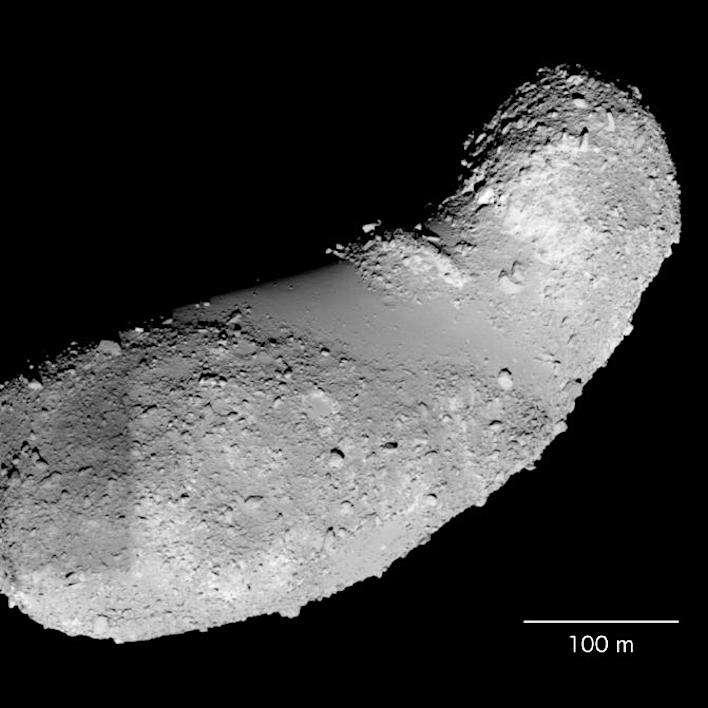 Les échantillons étudiés par Jin et Bose proviennent de la région appelée Mer des Muses, c'est la zone lisse située au centre d'Itokawa sur cette image. © Japan Aerospace Exploration Agency (Jaxa)