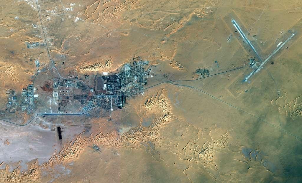 Le site In Anemas est survolé chaque jour par des satellites d'observation de la Terre, civils et militaires, dont ceux de la constellation Pléiades qui fournissent des images avec une résolution de seulement cinquante centimètres. Les deux pistes d'atterrissage, mesurant 2 et 3 km, donnent l'échelle. © Astrium Services 2013