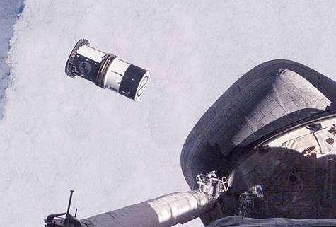 Largage du container renfermant les deux picosatellites ANDE. Crédit NASA.