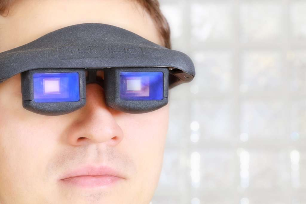 Les lunettes à réalité augmentée mises au point par les chercheurs allemands du Comedd intègrent une puce CMos qui peut à la fois détecter les mouvements des yeux et transmettre des informations pour afficher un document. Destinées aux techniciens et aux chirurgiens, elles leur permettront de travailler et de consulter un manuel technique en tournant les pages grâce à leurs yeux. © Fraunhofer Center for Organics, Materials and Electronic Devices