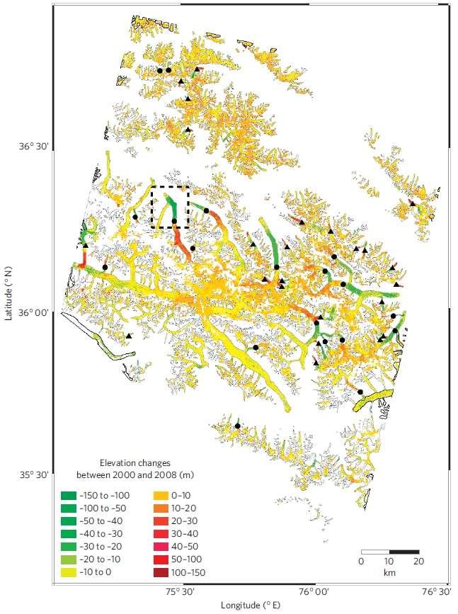 Carte représentant les variations d'altitudes des glaciers de la région centrale du Karakoram (5.615 km²) entre 2000 et 2008. Les polygones gris indiquent la forme des fleuves de glace exclus des analyses. Les triangles représentent des glaciers en croissance. Les ronds montrent les masses d'eau gelée stables ou plutôt en décroissance. Environ 41 % des glaciers ont perdu ou acquis au maximum 5 mètres d'épaisseur de glace durant cette période. © Gardelle et al. 2012, Nature Geoscience