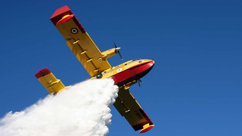 Le Canadair CL-415, un bombardier d'eau à la capacité impressionnante